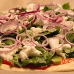 Spinat Pizza mit frischem Spinat aus dem Garten